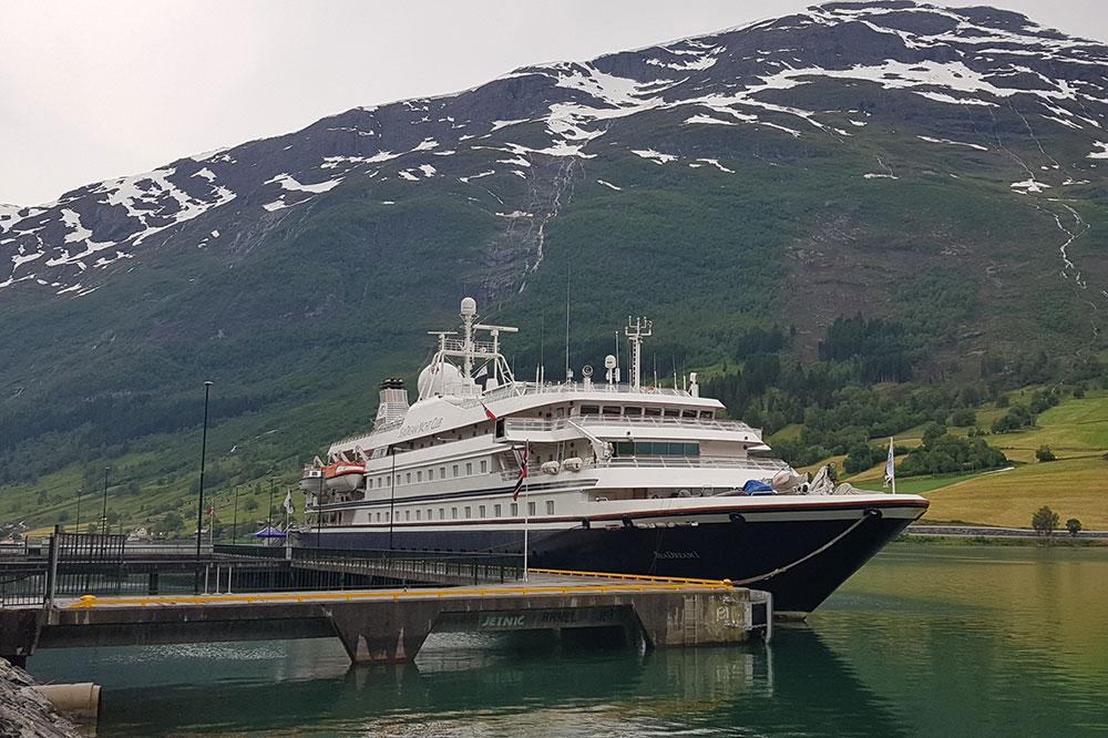 Sesongens første cruiseskip til kai i Olden
